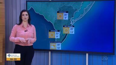 Tempo: quinta-feira (6) começa com sensação de frio, mas temperaturas sobem a tarde - O mar fica mais calmo no Litoral do estado.