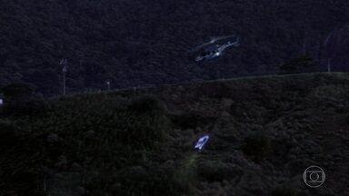 Do helicóptero, Júlia vê o carro de Bia cair em um desfiladeiro e explodir - Confira