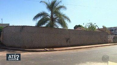 Prefeitura faz limpeza em cruzamento do bairro Ipiranga em Ribeirão Preto - O lixo prejudicava a passagem de pedestres entre as ruas Negro e Itamaracá.