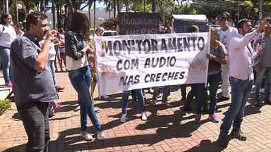Pais fazem protesto em frente a prefeitura de Astorga - Eles pedem mais segurança nas creches.