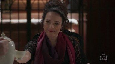 Julieta aparece usando roupas coloridas e surpreende a todos - O Barão acha que está enlouquecendo, mas Aurélio elogia a amada