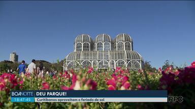 Sol atrai curitibanos aos parques - Muita gente escolheu o Jardim Botânico para passear.