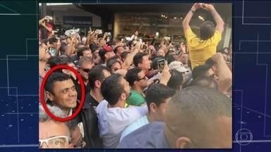 Agressor acompanhou Bolsonaro à espera da oportunidade para atacar - Segundo o boletim de ocorrência, Adélio Bispo de Oliveira informou que saiu de uma pensão com uma faca de uso pessoal para acompanhar a comitiva e atacar o candidato.