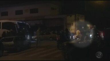 Bailes funk durante a madrugada incomodam moradores da zona norte de Sorocaba - Para os moradores de alguns bairros da zona norte de Sorocaba (SP) os dias de folga têm se transformado em pesadelo. O motivo: bailes funk organizados em plena rua durante toda a madrugada. Além do som alto, as manobras irresponsáveis dos motoristas não deixam ninguém dormir.