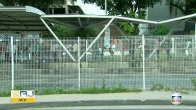 Ônibus do BRT não estão parando nas 22 estações da Avenida Cesário de Melo, em Santa Cruz - Consórcio diz que as estações foram fechadas por causa da falta de segurança e do vandalismo. O problema já dura mais de três meses.