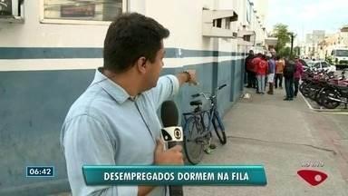 População amanhece em fila do Sine em Linhares, ES - Supermercado anunciou mais de 200 vagas.