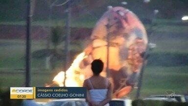 Balão cai na região do Teatro de Paulínia e por pouco não atinge carros - Apesar do fogo, ninguém se feriu.