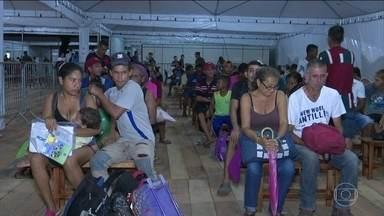 Mais 400 venezuelanos se preparam para deixar Roraima - Os imigrantes vão seguir em direção a outros estados brasileiros. Essa é uma tentativa de melhorar a tensão no estado.