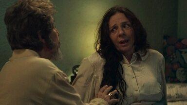 Dona Agustina acorda sem ar e Dom Sabino tenta acalmá-la - O congelado promete que vai dar um jeito de tirar a família da pensão e reclama da demora para resolver as questões judiciais