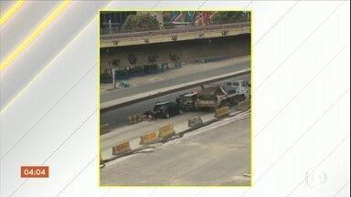 Tiroteio entre policiais e bandidos travam avenida movimentada do Rio de Janeiro - Os dois sentidos da Avenida Brasil ficaram parados por mais de 20 minutos. Policiais evitaram o roubo de um caminhão.