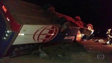 Uma pessoa morreu e vinte e nove ficaram feridas num acidente com um ônibus em MG - Ônibus capotou com mais de 40 funcionários de uma transportadora, na cidade de Congonhas.