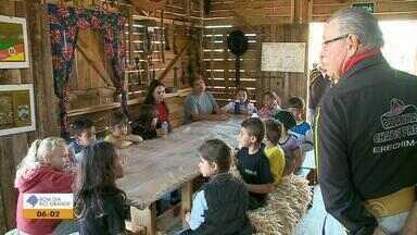 Galpões do Acampamento Farroupilha de Erechim viram sala de aula para ensinar tradição - Oficinas falam sobre as tradições gaúchas para crianças de escolas públicas e privadas da cidade.
