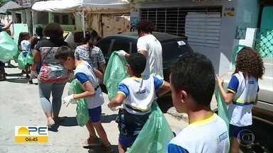 Alunos da rede municipal fazem coleta seletiva de lixo no Recife - Estudantes do ensino fundamental 1 e 2 saíram pelas ruas do município recolhendo e separando o lixo.