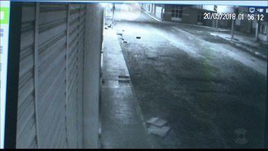 Vídeo mostra arrombamento de joalheria em Catolé do Rocha, Paraíba - Imagens foram divulgadas pela polícia após Operação 'Ouro Fino', realizada na manhã desta quinta (13), que prendeu cinco vigilantes suspeitos de integrarem o grupo.