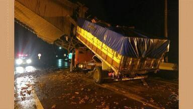 Caminhão bate em pórtico de entrada de Agudo e bloqueia acesso principal ao município - Acidente aconteceu por volta das 4h, na ERS-348, km 70. De acordo com a Brigada Militar, a rodovia está bloqueada nos dois sentidos.