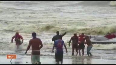 Barco vira no litoral de SP e deixa um morto e sete feridos - Ao todo, 15 pessoas estavam a bordo. A Marinha e a Polícia Civil investigam o acidente.