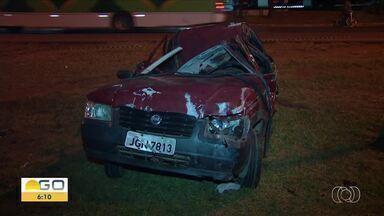 Uma pessoa morre e outras quatro ficam feridas em acidente na BR-040, em Luziânia - Segundo Corpo de Bombeiros, veículo saiu da pista e bateu contra poste.