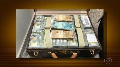 PF investiga dinheiro e relógios não declarados com a comitiva da Guiné Equatorial - A Polícia Federal está investigando os R$16 milhões de dólares em dinheiro e relógios não declarados encontrados com a comitiva de Guiné Equatorial. Tudo estava em malas inspecionadas no Aeroporto de Viracopos, São Paulo.