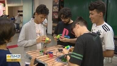 Campeonato de cubo mágico reúne dezenas de pessoas em Manaus - Participantes tiveram que resolver cubos mágicos no menor tempo possível.