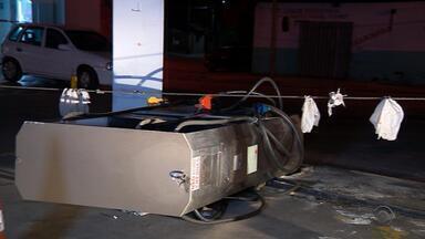 Motorista bêbado bate em bomba de combustíveis em Sapucaia do Sul - O Corpo de Bombeiros precisou limpar o local para evitar um incêndio.