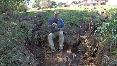 Buracão em bairro de Campo Grande tem tirado sono dos moradores - Prefeitura afirma que o buraco será fechado ao fim das chuvas.