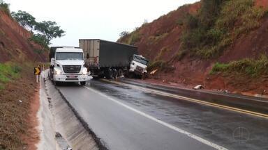 Motorista fica ferido após acidente com caminhão na BR-381 - Caminhão derrapou na pista e bateu em barranco.