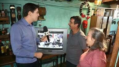Equipe da RPC ajuda apaixonado por futebol a assistir jogos com sinal digital - O Seo Demétrio estava vendo os jogos do Palmeiras em uma TV com imagem ruim, mas o problema foi resolvido.