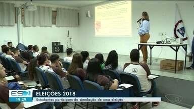 Justiça Eleitoral simula votação em urna eletrônica em escola no Sul do ES - Estudantes participam da simulação de uma eleição .