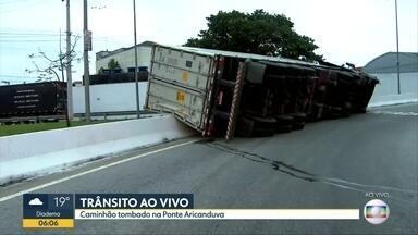 Caminhão tomba na Ponte Aricanduva e bloqueia acesso em SP - Motorista que transportava 26t de batatas e perdeu o controle da direção na curva da pista.