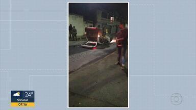 Militares se envolvem em acidente durante perseguição em Contagem - O carro em que estavam capotou no bairro Água Branca.