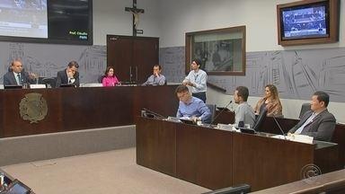 Dois projetos são aprovados na Sessão da Câmara em Araçatuba - Dois projetos foram aprovados na Sessão da Câmara nesta segunda-feira (17) em Araçatuba (SP). Os projetos foram enviados pela prefeitura e um deles apresentava regime de urgência.