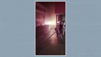 Incêndio atinge parte externa de faculdade em Santo Antônio de Pádua. - veja a seguir.