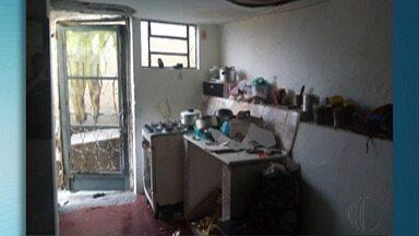 Botijão de gás explode e fere três pessoas no Jardim Natal, em Mogi das Cruzes - O caso aconteceu na manhã desta terça-feira (18). Dentre os feridos está uma criança de 1 ano.