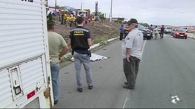 Mulher morre e criança fica ferida após serem atropeladas na BR-232, em Caruaru - Vítimas estavam atravessando a rodovia na faixa de pedestre quando foram atingidas por um carro, diz PRF.
