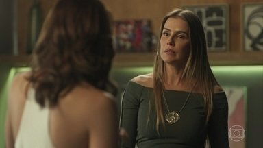 Karola tenta se unir a Rosa contra Laureta - A golpista invade o apartamento de Valentim e faz chantagem emocional com o filho para se aproximar de Beto. Ela conta para Rosa que Laureta roubou uma joia sua