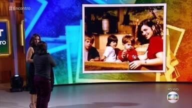 Pedro Baião relembra foto ao lado dos irmãos e da mãe - Ator conta que brigava muito com os irmãos quando era criança