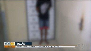 Menor foge algemado de defensoria pública em São Mateus, no norte do ES - O adolescente ainda não foi localizada e os policiais continuam com as buscas.