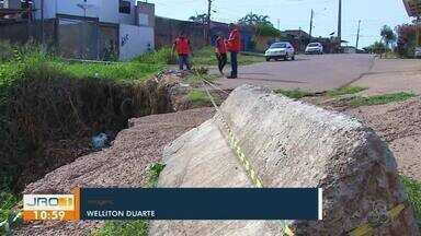 Situação da cratera na rua Guanabara continua causando danos - A cratera existe no local desde 2012.