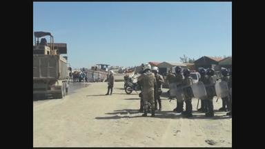 Moradores questionam demolição de muro em praia de Laguna - Moradores questionam demolição de muro em praia de Laguna