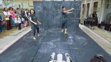 Pais questionam tema de peça de teatro apresentada em escola de SC - Pais questionam tema de peça de teatro apresentada em escola de SC