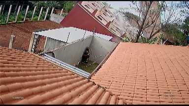 Câmeras registram o momento em que um prédio cai em Cidade do Leste no Paraguai - No momento da queda não havia mais ninguém dentro do prédio.