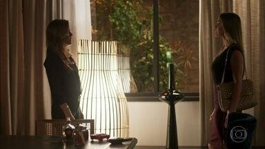 Karola pede trégua a Laureta - Acreditando estar sendo ameaçada pela cafetina, a golpista uma oferece uma de suas joias a ela