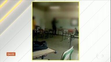 Vídeo mostra professor sendo humilhado por alunos em sala de aula no RJ - A Polícia Civil abriu inquérito para apurar a humilhação e agressão sofrida pelo professor.