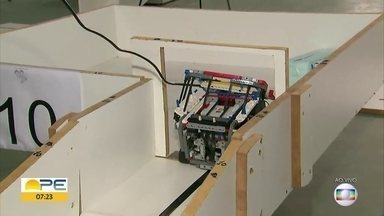 Alunos de escola pública participam de competição de robótica em Igarassu - Crianças precisam programar robôs para cumprir tarefas de resgate.