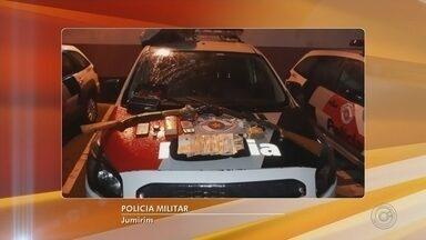 Grupo é preso suspeito de assaltar empresa de cerâmica em Jumirim - Quatro homens foram presos suspeitos de invadir e assaltar uma empresa de cerâmica, nesta quinta-feira (20), em Jumirim (SP).