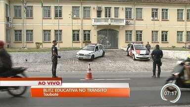 Taubaté realiza ações educativas sobre o trânsito - Blitz educativa visa conscientização dos motoristas e pedestres;
