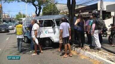 Motorista fica proeso a ferragens após acidente na Av. 13 de Maio - Saiba mais em g1.com.br/ce