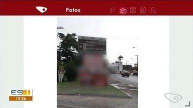 Placa de propaganda eleitoral atrapalha visão de placa, dizem motoristas em Cachoeiro - Placa de propaganda eleitoral atrapalha visão de placa, dizem motoristas em Cachoeiro.