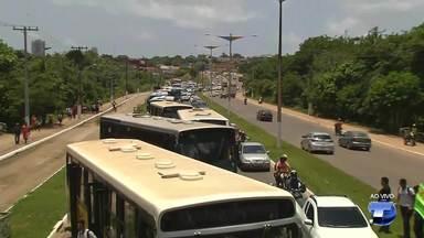 Protesto de rodoviários e estudantes fecha trânsito na avenida Fernando Guilhon - A manifestação é contra o possível aumento na tarifa e ainda a licitação do transporte coletivo.