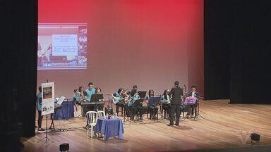 Maestro é homenageado durante espetáculo no Teatro Municipal de Santos - Maestro Willian Dias se emocionou com a homenagem.